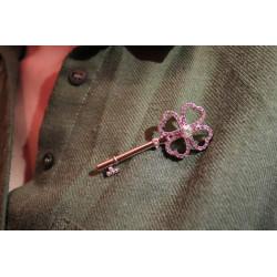 kristal taşlı yonca anahtar broş